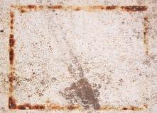 La caja oxidada en la vieja superficie imagenes de archivo