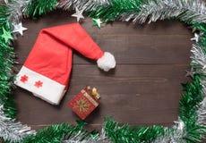 La caja roja del sombrero y de regalo está en el fondo de madera con el balneario vacío Fotografía de archivo libre de regalías
