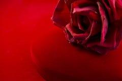 La caja roja del terciopelo con subió Imágenes de archivo libres de regalías