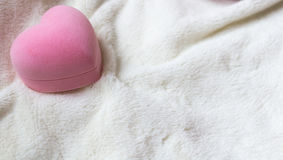 La caja rosada en la forma de un corazón para un regalo Fotografía de archivo