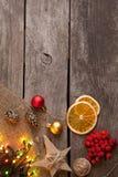 La caja y las decoraciones de regalo de la Navidad en fondo de madera copian el balneario Imagen de archivo libre de regalías