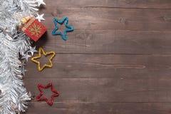 La caja y las estrellas de regalo están en el fondo de madera con el espacio vacío Foto de archivo libre de regalías