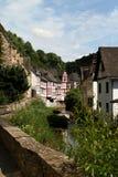 La cala alineó con las casas históricas en el pueblo medieval Monreal Foto de archivo libre de regalías