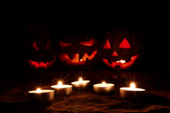 La calabaza de Halloween empañó tres Jack-o& x27; - linterna en la oscuridad Fotografía de archivo libre de regalías