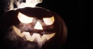 La calabaza tallada asustadiza de Halloween en fuego ardiente caliente del infierno flamea El grandes helloween la calabaza tiene metrajes