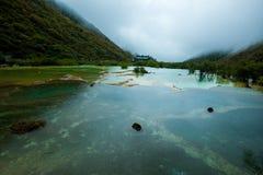 La calcificación acumula en Huanglong, Sichuan, China imagen de archivo libre de regalías