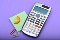 La calculadora de la oficina con el papel fija el primer Imagen de archivo libre de regalías