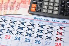 La calculadora electrónica y los billetes de banco de cinco mil rublos son Fotografía de archivo