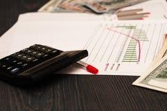 La calculadora es un fondo de dólares de EE. UU. imágenes de archivo libres de regalías