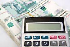 La calculadora miente en paquetes de notas del ruso de la mil-rublo Foto de archivo libre de regalías