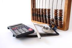 La calculadora mira el lápiz del cuaderno Imagen de archivo libre de regalías