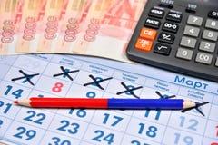 La calculadora, rojo y se corrige y los billetes de banco de cinco mil r Foto de archivo libre de regalías