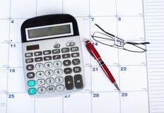 La calculadora y el calendario Fotografía de archivo libre de regalías