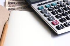 La calculadora y la nota para calculan Fotos de archivo libres de regalías