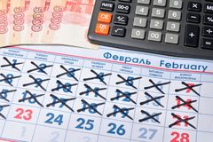 La calculatrice électronique et les billets de banque de cinq mille roubles sont Photographie stock