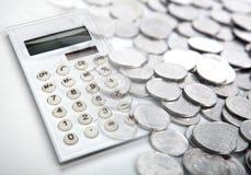 La calculatrice blanche avec des pièces de monnaie de rouble russe se ferment  images stock