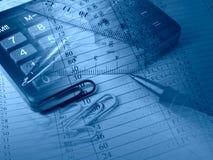 la calculatrice de bleus coupe les grilles de tabulation de papier de crayon lecteur Images stock