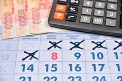 La calculatrice et les billets de banque de cinq mille roubles sont sur le cale Image libre de droits