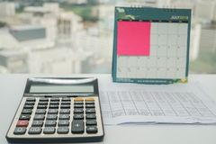 La calculatrice pour des données et l'analyse de budget avec le rappel notent en juillet 2018 le calendrier Images stock