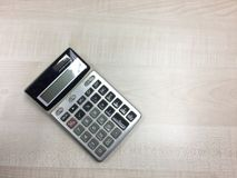 La calculatrice sur la table en bois Photos stock
