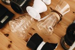 La caldera, escalas, géiser, amoladora, aeropress, vierte encima, la opinión de top de cristal del frasco Café alternativo que pr imagenes de archivo