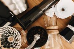 La caldera, escalas, géiser, amoladora, aeropress, vierte encima, la opinión de top de cristal del frasco Café alternativo que pr fotos de archivo