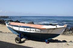 LA CALETA DE FAMARA, LANZAROTE, ISOLE CANARIE - OTTOBRE 2018: Retro peschereccio d'annata parcheggiato alla spiaggia immagine stock libera da diritti