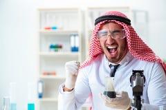 La calidad árabe de la prueba del científico del químico de la gasolina del aceite Imágenes de archivo libres de regalías