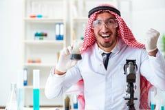 La calidad árabe de la prueba del científico del químico de la gasolina del aceite Foto de archivo libre de regalías