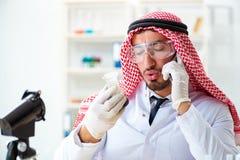 La calidad árabe de la prueba del científico del químico de la gasolina del aceite Foto de archivo