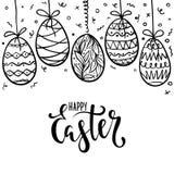 La caligrafía dibujada mano feliz y el cepillo de Pascua encierran las letras con el marco de los huevos del garabato diseño para