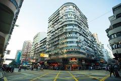 La calle amplia ancha con los rascacielos y ayuna conduciendo el coche del taxi en el camino de ciudad de Hong Kong Imágenes de archivo libres de regalías