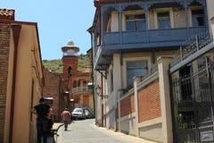 La calle botánica en ciudad vieja y el alminar de la mezquita en Tbilisi, Georgia Fotos de archivo