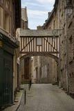 La calle Cobbled en el hermoso emparedó la ciudad vieja de St Malo, británico imagen de archivo libre de regalías