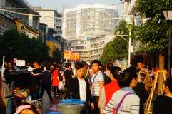 La calle comercial en el paisaje del día del ` s del Año Nuevo, gente de la ropa va a hacer compras o compra ropa Imagen de archivo libre de regalías