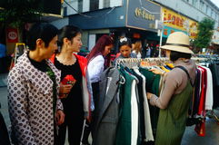 La calle comercial en el paisaje del día del ` s del Año Nuevo, gente de la ropa va a hacer compras o compra ropa Fotos de archivo libres de regalías