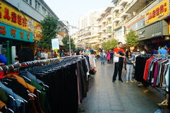 La calle comercial en el paisaje del día del ` s del Año Nuevo, gente de la ropa va a hacer compras o compra ropa Imagen de archivo