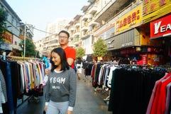 La calle comercial en el paisaje del día del ` s del Año Nuevo, gente de la ropa va a hacer compras o compra ropa Fotografía de archivo