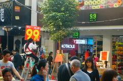 La calle comercial en el paisaje del día del ` s del Año Nuevo, gente de la ropa va a hacer compras o compra ropa Fotografía de archivo libre de regalías