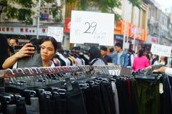 La calle comercial en el paisaje del día del ` s del Año Nuevo, gente de la ropa va a hacer compras o compra ropa Foto de archivo libre de regalías