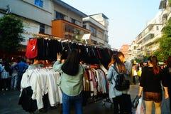 La calle comercial en el paisaje del día del ` s del Año Nuevo, gente de la ropa va a hacer compras o compra ropa Foto de archivo