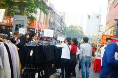La calle comercial en el paisaje del día del ` s del Año Nuevo, gente de la ropa va a hacer compras o compra ropa Imagenes de archivo