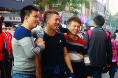 La calle comercial en el paisaje del día del ` s del Año Nuevo, gente de la ropa va a hacer compras o compra ropa Imágenes de archivo libres de regalías