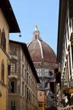 La calle contiene los di Santa Maria del Fiore de la basílica en Florencia, Florencia, Italia foto de archivo libre de regalías