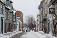 La calle de la ciudad vieja de la ciudad de Quebec cubrió en nieve El Vieux Quebec es uno de los distritos más viejos de Norteamé Fotos de archivo