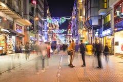 La calle de Istiklal es una de las calles más famosas de Estambul Foto de archivo libre de regalías