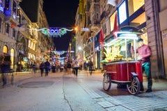 La calle de Istiklal es una de las calles más famosas de Estambul Imagen de archivo libre de regalías