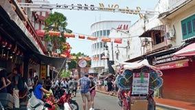 La calle de Jonker es la calle del centro de Chinatown en Malaca, Malasia almacen de video