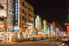 La calle de la ciudad de Chiayi hace compras en la noche de la montaña imagenes de archivo
