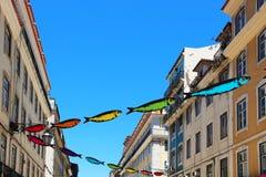 La calle de Lisboa adornó con las sardinas Foto de archivo